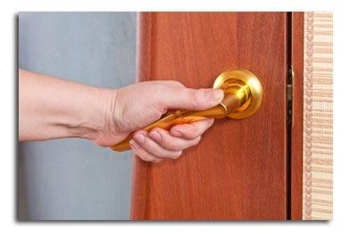 נתקעתם מחוץ לבית-לא בטוח שכדאי לפרוץ את הדלת לבד
